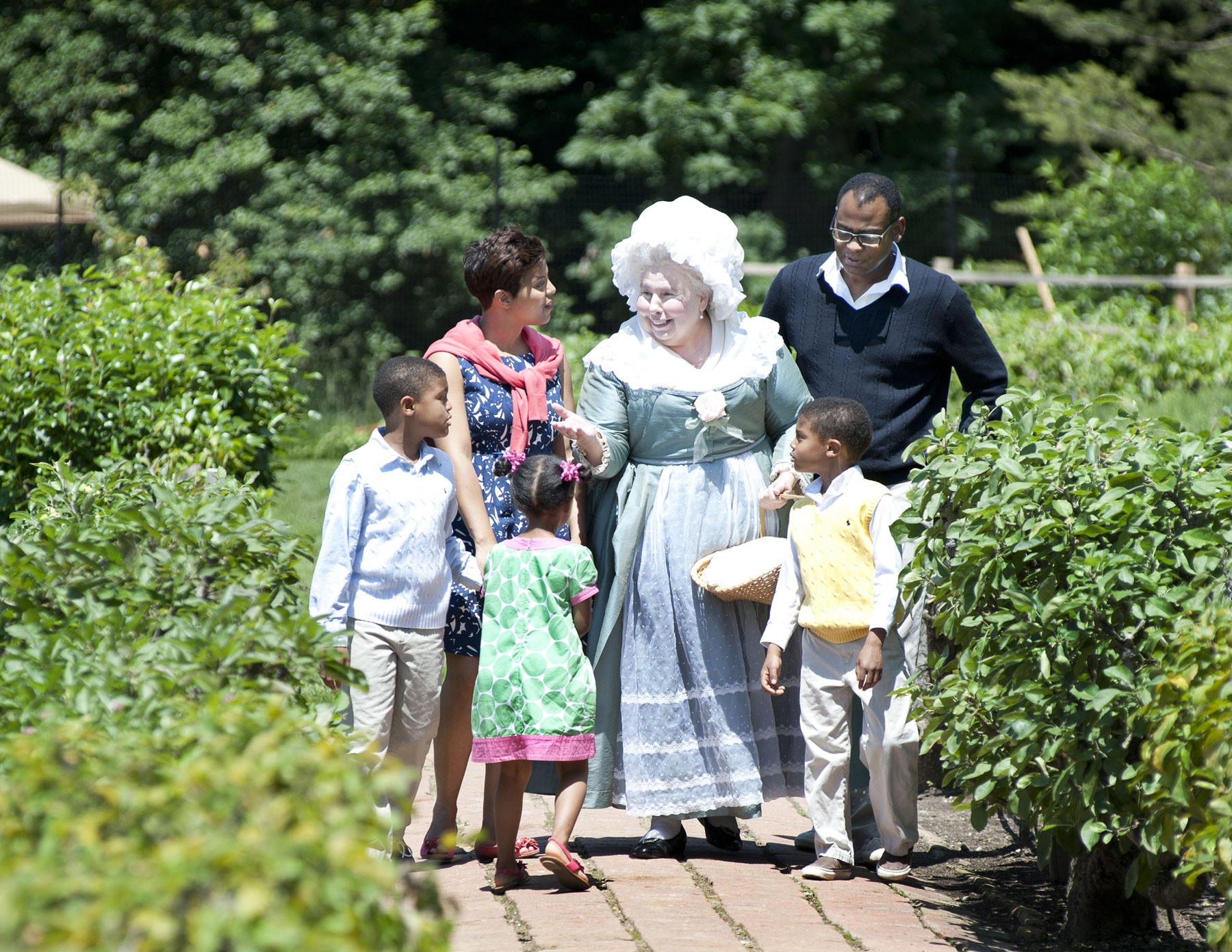 martha washington with guests at mount vernon