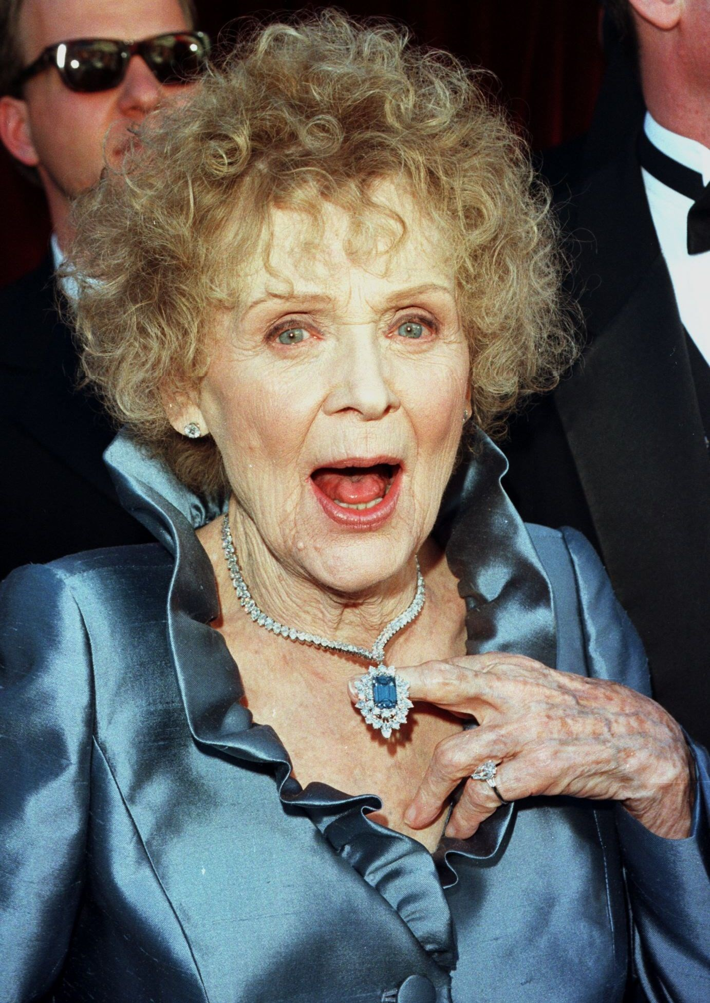 actress gloria stuart at 1998 oscars wearing harry winston blue diamond necklace