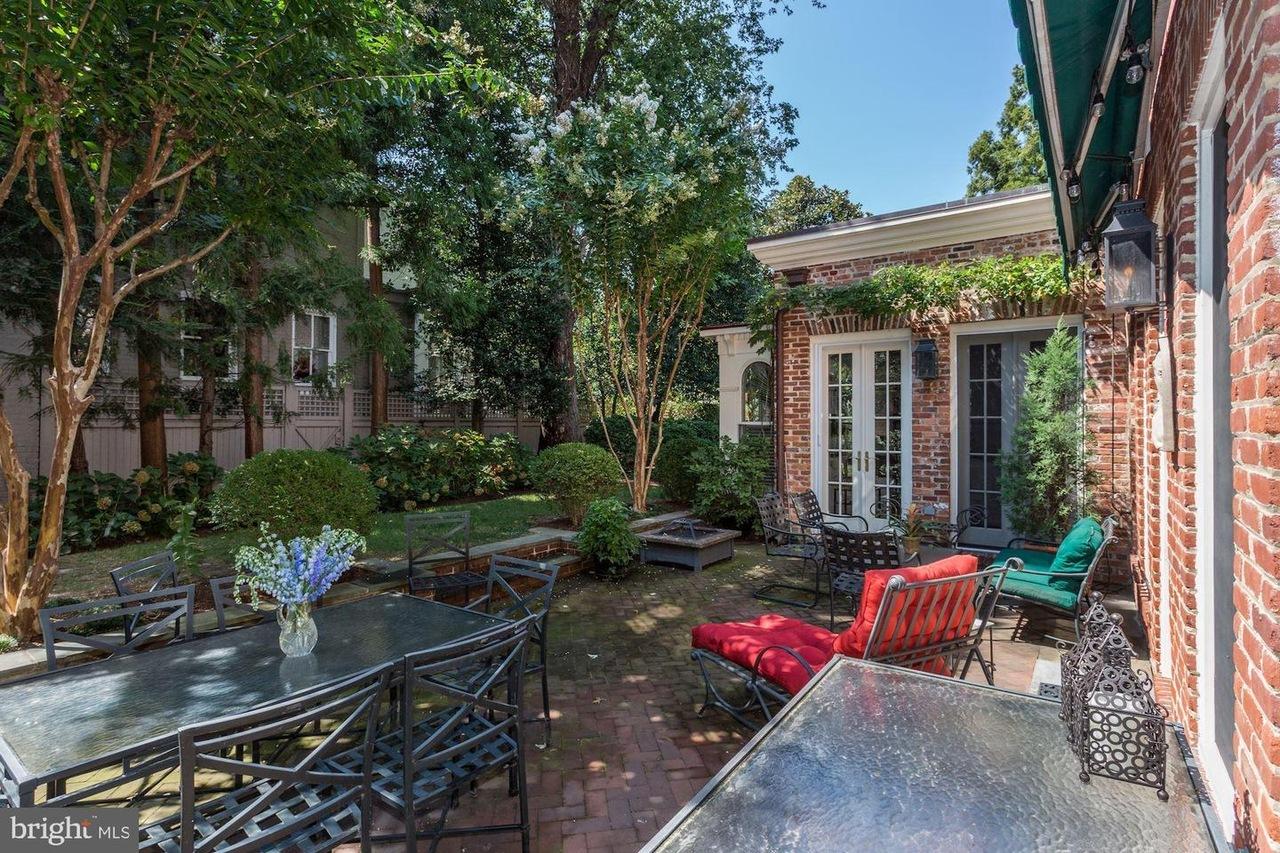 dining area, backyard